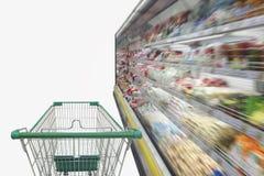 Supermarktdoorgang met leeg boodschappenwagentje Royalty-vrije Stock Fotografie