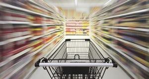 Supermarktdoorgang met leeg boodschappenwagentje Royalty-vrije Stock Afbeeldingen