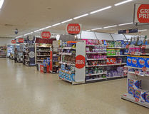 Supermarkteinkaufsinseln Stockfotos