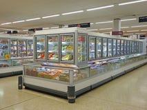 Supermarktgefrierschrankkühlschränke lizenzfreies stockbild