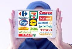 Supermarktketten und Kleinmarken und Logos Stockfotografie