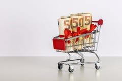 Supermarktlaufkatze mit den Eurobanknoten gebunden mit Bändern stockfotografie