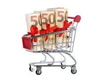 Supermarktlaufkatze mit den Eurobanknoten gebunden lokalisiert auf dem Weiß lizenzfreie stockbilder
