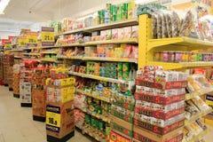 Supermarktregale lizenzfreies stockbild