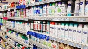 Supermarktregale mit Produkten für persönliche Hygiene: desodorierende Mittel, Parfüme, Seife lizenzfreie stockbilder
