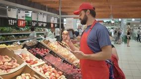 Supermarktsekretär, der Qualität von Früchten, von Frische und von hochwertigem Lebensmittelkonzept überprüft stock video