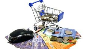 Supermarktwarenkörbe, Computermaus und Bargeld auf lokalisiert Lizenzfreie Stockfotos