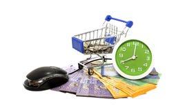 Supermarktwarenkörbe, Mäusecomputer, Uhr und Geld auf lokalisiert Lizenzfreies Stockbild
