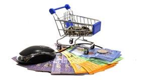 Supermarktwarenkörbe und komputer Maus auf lokalisiert Lizenzfreie Stockbilder