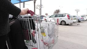 Supermarktwarenkorb am Parkplatz stock video footage