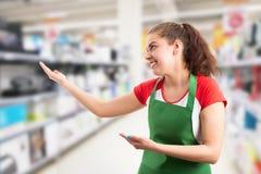 Supermarktwerknemer die onzichtbare producten voorstellen royalty-vrije stock afbeelding