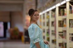 Supermercado adolescente de la tienda de la muchacha Imágenes de archivo libres de regalías