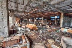 Supermercado arruinado en la ciudad overgrown Pripyat del fantasma Imagen de archivo libre de regalías