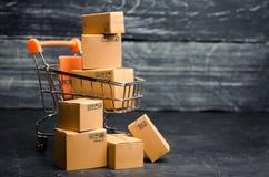 Supermercado de la carretilla con las cajas Ventas de productos El concepto de comercio y negocios, compras en línea Ennegrezca v foto de archivo libre de regalías