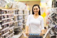 Supermercado de la carretilla de la mujer Fotografía de archivo