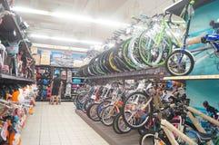 Supermercado del cruce, la venta de bicicletas Imagen de archivo libre de regalías