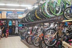 Supermercado del cruce, la venta de bicicletas Imagen de archivo