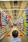 Supermercado e criança Fotos de Stock Royalty Free