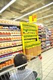 Supermercado e criança Imagens de Stock