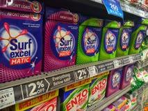 Supermercado, estantes con los detergentes imagen de archivo libre de regalías