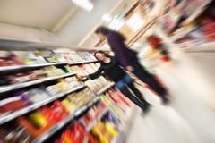 Supermercado ocupado de la tensión imagen de archivo