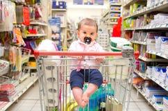 Supermercado recién nacido del carro de la compra del bebé Imágenes de archivo libres de regalías