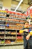 Supermercado y niño Imagenes de archivo