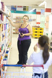 supermercato della madre della figlia Fotografia Stock
