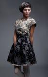 Supermodel - schöner Brunette im kurzen Kleid Stockfotografie