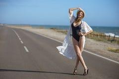 Supermodelo em um levantamento do roupa de banho imagens de stock