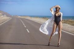 Supermodelo em um levantamento do roupa de banho imagens de stock royalty free