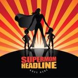 Supermom con un fondo di due bambini Immagini Stock Libere da Diritti
