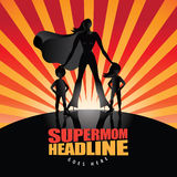 Supermom med bakgrund för två barn Royaltyfria Bilder