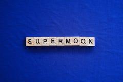 Supermond auf lokalisiertem Hintergrund stockfotos