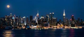 Supermond-Panorama nachts Stockfoto