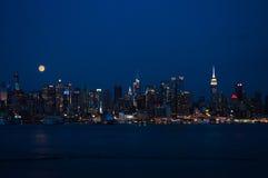 Supermond und Skyline nachts Lizenzfreie Stockbilder