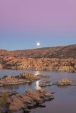 Supermoon över Watson Lake på skymning Royaltyfri Fotografi