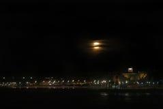 Supermoon über Strand Las Canteras lizenzfreie stockfotografie