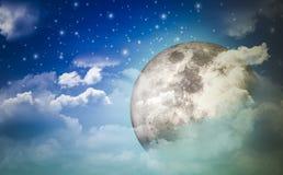 Supermoon в ночном небе и звездах спрятанных за облаками с чудесной ночью с концепцией природы и романс бесплатная иллюстрация