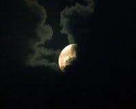 Supermoon Częsciowo Chujący chmurami Fotografia Royalty Free