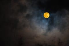Supermoon en cielo y nubes Fotografía de archivo libre de regalías