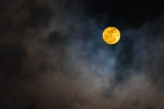 Supermoon en cielo y nubes Imagen de archivo libre de regalías
