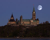 Supermoon över parlamentet av Kanada Royaltyfri Bild