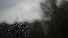 Supernahaufnahme des nass Glases nach starkem Regen und Hurrikan Durch das Fenster sehen wir einen düsteren Himmel stock footage