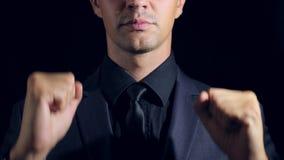 Supernahaufnahme eines Mannes in der schwarzen Kleidung auf einem schwarzen Hintergrund 4K Langsame Bewegung Manntänze und -punkt stock video
