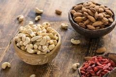 Supernahrungsmittel: Acajoubäume, Mandeln und goji Beeren Lizenzfreies Stockfoto