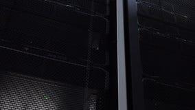 superordenador Centro de datos del sitio del servidor con los estantes de trabajo del servidor metrajes