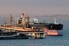 Superpetroliera dell'olio di caricamento Immagini Stock
