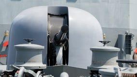 Superrapid 76 Millimeter 3-Zoll-Hauptgewehr auf dem Bogen des modernen Marineschiffs Stockfotos