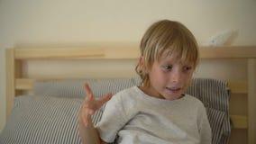 Superslowmotion射击了一个庆祝他的补救的小男孩投掷的餐巾从病症 股票视频